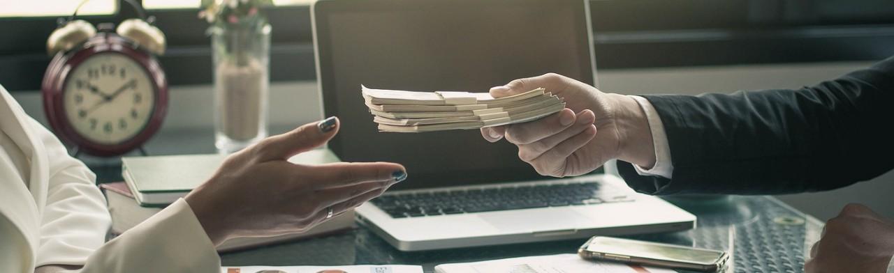 Сравнение величины НДФЛ и страховых выплат с доходов иностранных граждан, работающих по трудовым и гражданско-правовым договорам на территории Российской Федерации
