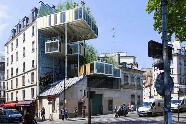 """Европейское решение увеличения жилплощадиНадоели незаконные перепланировки квартир, """"расширения"""" балконов и нелепые пристройки к фасадам многоквартирных домов? Давайте посмотрим как решают вопросы с дополнительной жилплощадью в Европе.Stepane Malka Architecture предложили проект модульного жилья, расположенного в одном из районов Парижа, под названием 3Box. Его суть состоит в возведении модулей на крышах уже существующих зданий.Разработчики уверяют, что такие решения не портят, а наоборот украшают старую городскую застройку. В конструкциях надстроек используются только экологически чистые материалы, а сами квартиры отвечают последним требованиям зеленого строительства в части энергоэффективности и использовании возобновляемых источников энергии. На крышах модулей высажены зеленые растения, которые «разбавляют» депрессивный серый оттенок старой городской застройки.Проживание в таких квартирах стоит почти вдвое дешевле, чем на аналогичных площадях внутри здания, так как при оформлении документов юристам удается уйти от требований уплаты налога на землю.#реконструкция #франция"""