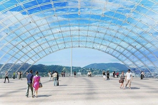 Купол из ламинированного стекла в Лос АнджелесеВ 2020 году в Лос Анджелесе реализован проект прозрачного купола, от архитектурного бюро Ренцо Пиано. Сооружение является продолжением здания музея академии киноискусств. Купол состоит из примерно 1500 многослойных стеклянных панелей Saflex Structural и создает впечатляющую смотровую площадку для посетителей музея. Диаметр купола составляет 45,4 метра.На нижних уровнях, под панорамной смотровой площадкой купола, в сферическом объеме здания располагается театр на 1000 посадочных мест.Разработчики заявляют, что несмотря на внешне легкую конструкцию купола, его проектирование, расчеты и подбор материалов заняло более года. В проекте используются 146 различных типов стеклянных панелей и даже порядок их монтажа влияет на надежность работы конструкции. Проект разработан настолько детально, что в процессе монтажа конструкций, в него не потребовалось вносить ни одного изменения.