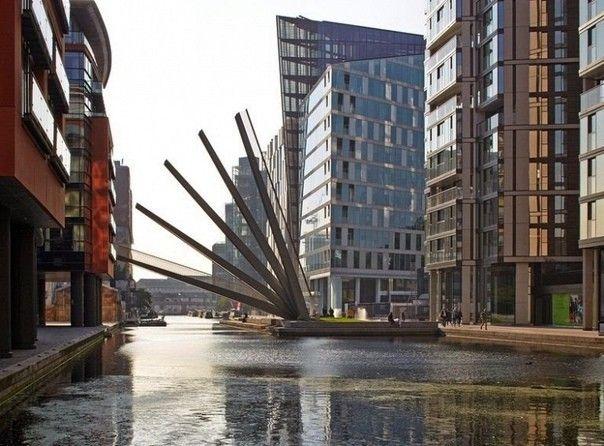 """""""Веер"""" над каналомБританская фирма Knight Architects и инженеры AKT - авторы удивительного проекта движущегося пешеходного моста в Паддингтоне, Лондон. Главная особенность заключается в том, что мост открывается и закрывается, как традиционный японский веер. Сооружение состоит из пяти стальных балок с противовесами. Они поднимаются и опускаются в последовательности, создавая при этом веероподобный эффект.Первая балка моста-веера поднимается до 70 градусов, в то время как последняя останавливается достаточно высоко, чтобы создать пространство в два с половиной метра над поверхностью канала. Мост имеет ширину три метра и длину 20 метров. Проект был реализован в 2012 году. Целью такого необычного сооружения является возможность пропуска малых моторных речных лодок и катеров, следующих по каналу.#мосты #великобритания"""