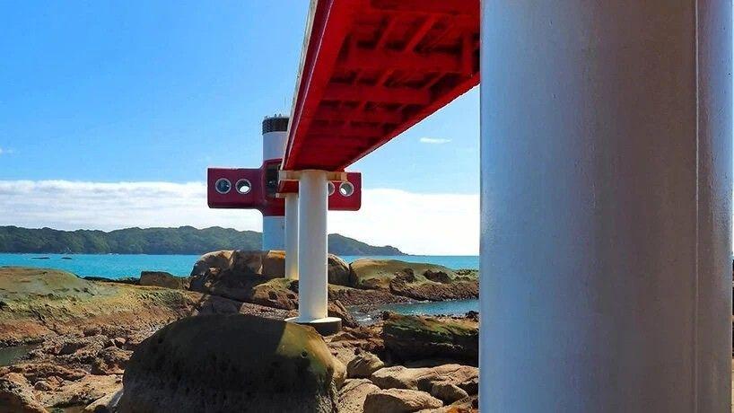 """Подводная наблюдательная башня Ашидзури в Японии""""Башня для подводных наблюдений"""" построена в 1971 году по проекту Yoshikatsu Tsuboi на территории национального морского парка Ашидзури-Увакай в префектуре Коти. Сооружение считается ярким примером японской идеи будущего, характерной для архитектурного метаболизма 70х годов.Вход в башню расположен на высоте 24 метра от уровня воды. Добраться к нему с берега можно, пройдя по стальному мосту. Сооружение состоит из двух частей - надводной, откуда открываются виды на море и побережье, и подводной, служащей для наблюдение за подводным миром. Подводная часть расположена на глубине 7 метров.#гидротехническиесооружения #япония"""