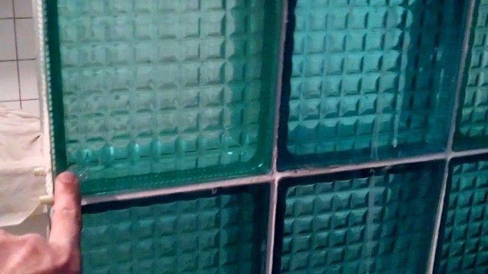 """История """"советских"""" стеклоблоковСтеклоблоки – одно из самых популярных строительных изделий в Советском Союзе. Они активно использовались в отделке школ, садиков, бань, спортивных сооружений, административных и других зданий. Однако изобрели их не у нас.Первый стеклоблок был придуман американцем Джеймсом Пенникуиком. Свое изделие он запатентовал еще в середине XIX столетия. Он же наладил их прибыльное производство на фирме Luxfer Prism Company.Изобретение Пенникуика представляло собой металлическую решетку со стеклянными вставками-призмами. Эта решетка была предназначена для устройства окон в подвальных помещениях. Изделие продавалось по всему миру. Например, в Москве во время реконструкции Мясницкой улицы под асфальтом обнаружили решетки с американскими световыми призмами Люксфер (Luxfer). Такие раритеты сохранились до сего дня и в морозовских зданиях Орехово-Зуева.Призмы собирали и фокусировали солнечный свет, благодаря чему в подвале днём было светло и не было необходимости тратить дополнительную электроэнергию. Вдобавок, призмы Люксфер были полыми, что уменьшало их теплопроводность.Привычный для нас вид стеклоблоки приняли в 30-е годы XX века. Если изначально блоки использовались только при строительстве подвалов, то постепенно из них начали складывать внутренние и наружные стенки, окна на лестничных проемах и всевозможные перегородки.Пик роста популярности стеклоблоков пришелся на 60-70-е годы прошлого века. Причем касается это как Советского Союза, так и остальных стран. В СССР стеклоблоки были трех цветов: синие, зеленые и желтые. Их поверхность могла быть рифленой, а могла быть гладкой.#история #стекло"""