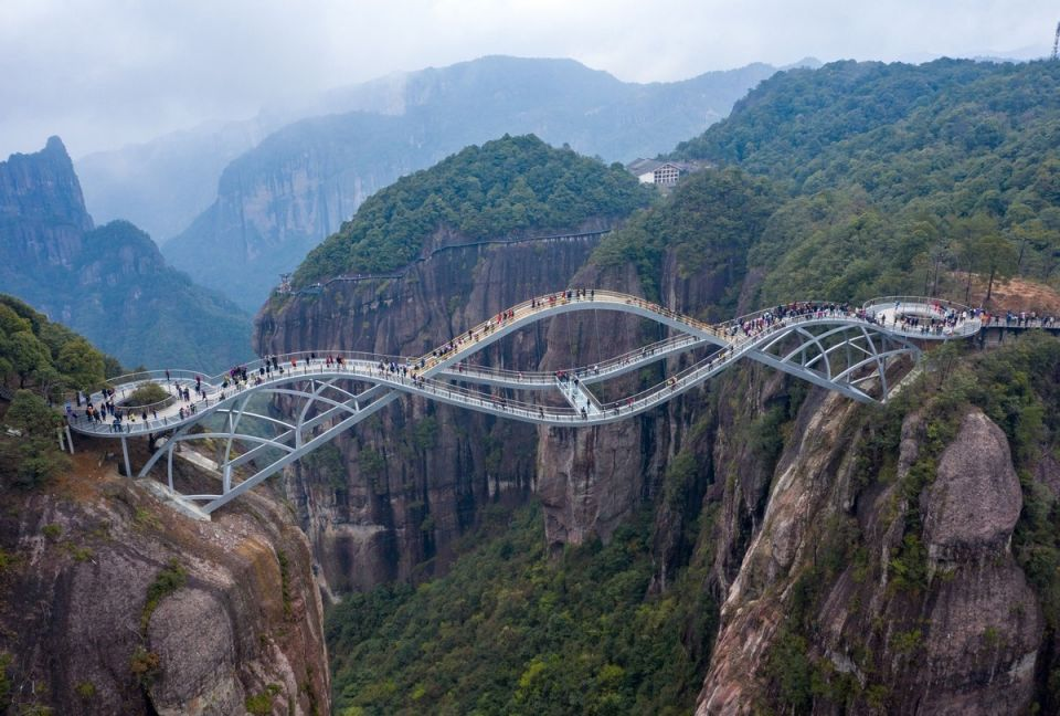"""""""Изгибающийся"""" стеклянный мост в Китае100-метровый мост Жуйи, расположенный в провинции Чжэцзян, Китай, был впервые открыт в 2017 году, но его закрыли, а затем вновь открыли в 2020 году.Первоначально проект был встречен скептически, а пешеходные дорожки, находящиеся на высоте 140 метров над землей, казались нереалистичными. Однако с тех пор он стал туристической достопримечательностью, и с момента его открытия более 200 000 отважных посетителей совершали прогулку между двумя горами.Дизайн моста вдохновлен нефритовым жуйи — изогнутым предметом, используемым в Китае как символ удачи. Он выполнен с тремя волнистыми мостиками, при этом палуба частично сделана из стекла.Туристы могут прогуляться по мосту, спроектированному израильским архитектором Хаимом Дотаном, а более бесстрашные могут прыгнуть с тарзанки или прокатиться на зиплайне.#мосты #китай"""