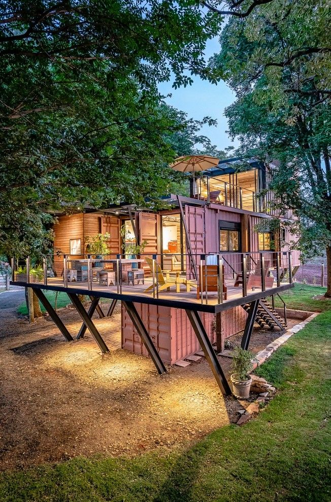 """Сельский дом из контейнеров в БразилииЗдание из контейнеров спроектировано компанией Casa Container Marília для сельской местности близ города Сан-Паулу, в Бразилии. Разработчики называют дом """"висячим"""", потому что он возвышается на уровнем земли. Точкой опоры служат: центральный контейнер с лестницей и стойки, расположенные по периметру. Такое решение, отчасти, помогло сохранить корни окружающих деревьев, вследствие устройства фундаментов меньших размеров.В проекте использовано порядка 80% строительных материалов вторичной переработки. Основные конструкции здания выполнены из морских грузовых контейнеров. В качестве наружной и внутренней отделки используется неокрашенная древесина, оставшаяся после демонтажа других зданий.Здание имеет эксплуатируемую озелененную крышу, служащую также и утеплением. В доме предусмотрена система сбора дождевой воды, которая в дальнейшем используется для полива зеленых насаждений.В здании отсутствует кондиционирование, а благоприятный климат создается благодаря эффективной теплоизоляции, естественной вентиляции, а также затенению, которое создают окружающие деревья.#контейнеры #бразилия"""