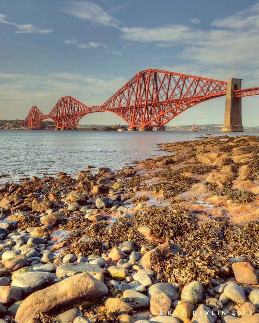 Форт-БриджФорт-Бридж (Forth Bridge) представляет собой огромный мост, перекинутый через реку Форт для соединения Эдинбурга с севером Шотландии. Впечатляющий железнодорожный мост, протянувшийся на полтора километра, является первым крупным стальным мостом в мире.Он был открыт в 1890 году и до сих пор остается одним из самых больших инженерных сооружений конца Викторианской эпохи. Его массивные секции закреплены почти двадцатью миллионами заклепок. Площадь его окрашенной части составляет пятьдесят пять гектаров.Существует довольно распространенное выражение: «это как покрасить мост через Форт», которое означает непрекращающееся и постоянно повторяющееся занятие.#мосты #великобритания