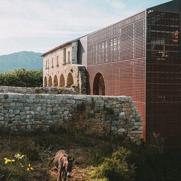 Реконструкция монастыря 15 века во ФранцииНа острове Корсика (Франция) выполнена реконструкция исторического монастыря Сен-Франсуа по проекту бюро Amelia Tavella. Здание, возведенное в 1480 году долгое время частично лежало в руинах, заросших растительностью, и представляло только историческую ценность. Теперь же зданию вернули религиозное назначение, сохранив при этом следы исторической идентичности.В ходе реконструкции сохранившиеся части стен были укреплены, а все здание было воссоздано в своих габаритах в современных конструкциях, отделанных медными перфорированными панелями. По мнению архитектора, такая облицовка как нельзя лучше гармонирует со старой частью, но, при этом создает нужный контраст.Работа архитектора с подобными проектами граничит с музейной археологией: для того чтобы выставить на обозрение сохранившиеся части экспоната, необходимо воссоздать отсутствующий скелет, завершив композицию тщательно подобранными материалами. В данном случае, медь раскрывает историю камня и привносит элементы сакральности и поэзии.#реконструкция #франция