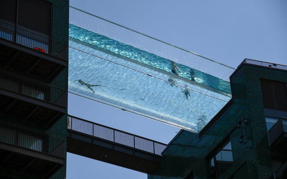 В Лондоне открылся один из самых больших панорамных бассейнов в миреSky Pool - один из самых больших стеклянных бассейнов с панорамным дном в мире. Сооружение открылось в Лондоне в конце мая 2021.Басейн построен в составе элитного жилого комплекса Embassy Gardens и соединяет два десятиэтажных здания в уровне крыш. При этом, пользоваться бассейном могут только жильцы одного из домов, в стоимости апартаментов которого он учтен.Длина чаши бассейна составляет 25 метров, ширина - 5 метров, а высота бортов - 3 метра. Свободный пролет конструкции составляет 14 метров. Чаша бассейна выполнена из акрила толщиной 200 мм и состоит из 18 секций. Сооружение расположено на высоте 35 метров.#бассейны #великобритания