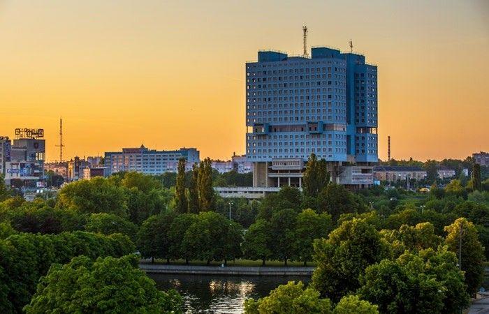 """В Калининграде планируют снести знаменитый Дом СоветовДом Советов - один из самых узнаваемых долгостроев Советского Союза, который начали строить еще в 1970 году на месте восточного крыла Королевского замка XIII века, разрушенного в ходе налёта англо-американской авиации в апреле 1945 года. В настоящее время, это самое высокое здание в Калининграде - две 21-этажные башни, объединенные крытыми переходами. Строительство прервали в конце 80-х годов при готовности здания на 95%. До сих пор здание не введено в эксплуатацию.По информации городских властей, конструкция здания небезопасна, а завершить строительство или реконструировать здание невозможно. Поэтому, в 2020 году был объявлен конкурс по благоустройству и застройке исторического центра Калининграда со сносом долгостроя.На днях Калининграде прошла презентация проекта новой застройки территории Королевской горы в историческом центре города. Проект представил руководитель петербургской """"Студии 44"""" Никита Явейн. На месте Дома Советов предполагается построить отель высотой более ста метров. Он будет на 30 метров выше нынешнего недостроя, а его очертания будут напоминать Королевский замок.Вокруг расположатся административные и общественные здания, апартаменты, будут обустроены прогулочные зоны фонтаны и водное пространство. Рисунок мощения на новой площади будет повторять контур Королевского замка. По словам разработчиков проекта, там должны читаться исторические слои от XIII до XXI века.#реконструкция #россия"""