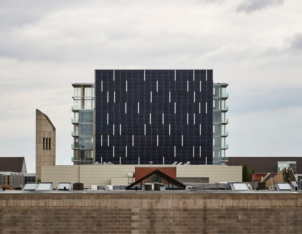 Edge - здание с самой большой солнечной панелью в КанадеДесятиэтажное офисное здание Edge возведено в 2019 году по проекту Dub Architects на узком участке земли шириной 15 м в административном центре Эдмонтон (Канада) и имеет одну из самых больших стен из солнечных панелей в стране.Южная стена, полностью состоящая из фотоэлектрических панелей (в количестве 560 штук) покрывает 80% энергетических потребностей здания. При этом избыток электроэнергии в солнечные дни передается в городские электросети. По расчетам проектировщиков, срок окупаемости такой стены составляет от пяти до восьми лет.Остальные фасады здания - стеклянные, с тройным остеклением, что позволяет эффективно удерживать тепло внутри здания. Огромные панорамные окна обеспечивают качественное естественное освещение помещений с северной стороны.#энергоэффективность #общественныездания #канада
