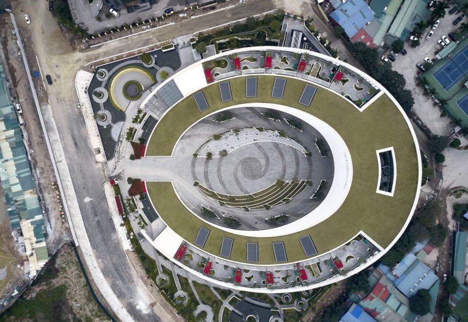 Штаб-квартира Viettel в ХаноеВ Ханое (Вьетнам) завершено строительство главного офиса телекоммуникационной компании Viettel по проекту международной проектной компании Gensler. Особенностями здания, вмещающего 800 сотрудников, являются: его овальная в плане форма и наклонная зеленая крыша.Для достижения высоких показателей энергоэффективности в проекте используется комплекс архитектурных и инженерных решений. Форма здания, наклон крыши, наличие растительного слоя и расположение здания относительно Солнца оптимизируют приток света и тепла, сводя к минимуму потребности в искусственном освещении, а также в кондиционировании и отоплении. В здании также используется система сбора и очистки дождевой водыПо контуру зеленой крыши расположены террасы с организованными местами отдыха для сотрудников. Проект включает благоустроенный внутренний двор и небольшой парк вокруг здания.#общественныездания #вьетнам