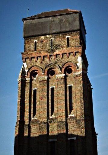 Старая водонапорная башня в ЛондонеАрхитекторы из компании Grand Design Leign Osborne и Graham Voce реконструировали старую водонапорную башню, сооружение 1867 года постройки, в потрясающий жилой дом. Разработчик проекта Ли Осборн описал его как «одну из самых роскошных и эксцентричных резиденций в городе».Башня была выведена из эксплуатации в начале ХХ века. Неожиданной проблемой для строителей стали голуби. Несметное количество этих птиц многие десятилетия обитало в башне, поэтому довольно долго приходилось убирать остатки их жизнедеятельности.Чтобы освободить пространство для комнат, в башне были разобраны некоторые кирпичные перегородки. На 8 этажах расположились кухня, 4 спальни с ванными комнатами, тренажерный зал, лифт. Для расширения пространства для гостиной со столовой архитекторы спроектировали 2-этажную стеклянную пристройку.Чтобы превратить 149-летнюю водонапорную башню в прекрасный 8-этажный особняк, архитекторам потребовалось менее года и 2 миллиона евро.