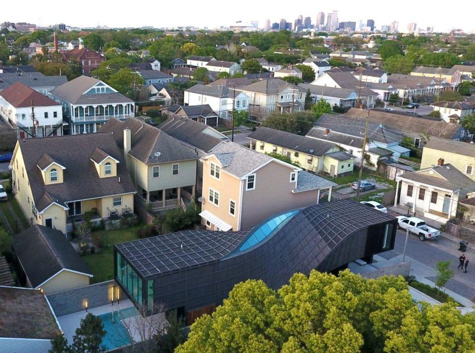 J-House - закрученный жилой дом по проекту AEDSЧастный жилой дом необычной формы возведен в 2018 году в Новом Орлеане (США) на месте старого здания, разрушенного ураганом. Разработчики проекта – архитектурное бюро Aeds и инженерная группа Happold Buro.Форма здания представляет собой два параллелепипеда размерами 6х3(h) и 3х6 (h) метров и длиной 24 метра. Каждый из параллелепипедов по своей длине делает поворот на 90 градусов, вместе образуя сложную, эффектно закрученную конструкцию.Здание поднято над землей на три метра: такое решение должно защитить владельцев от возможного затопления (площадка дома расположена в зоне наводнений, ниже уровня моря). Для того чтобы обеспечить необходимый уровень естественного освещения, в крыше здания предусмотрен большой световой фонарь в месте стыка двух геометрических объемов.В проекте здания используется стальной каркас, обшитый обожженной кедровой доской. Конструкция установлена на свайном фундаменте. По мнению разработчиков проекта, в случае повторного урагана дому ничего не угрожает.#малоэтажноестроительство #сша