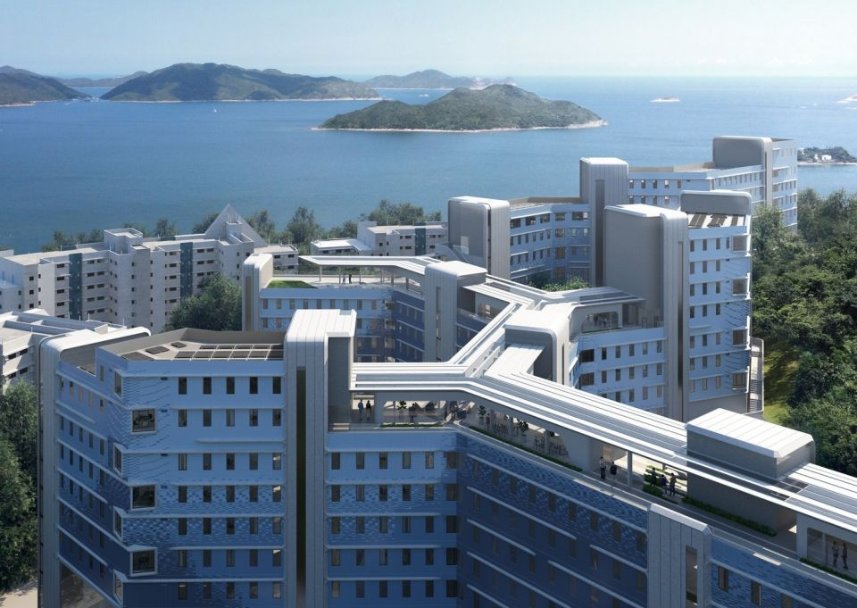 Проект студенческого общежития от Zaha Hadid ArchitectsZaha Hadid Architects совместно со студией «Leigh & Orange» ведут разработку проекта нового студенческого общежития для университета науки и техники в Гонконге (HKUST), одного из крупнейших учреждений такого типа в Азии и в мире. На новых площадях 35,5 тысяч квадратных метров планируется разместить не менее 1500 студентов.Главная особенность и трудность проекта заключается в расположении площадки. Это склон горы с перепадом высот в 25 метров. Вследствие этого комплекс разделен на три блока, связь между которыми осуществляется через «Central Spine» - 200-метровый коридор, проходящий по крышам зданий. Ответвление коридора будет также соединять общежития с учебной частью университета, что позволит отказаться от длинного пути в объезд склона горы.Для снижения затрат и отходов в проекте использованы сборные фасадные системы, изготовленные на заводе в виде укрупненных готовых модулей с наружной отделкой, утеплением, оконными проемами и элементами затенения. На покрытии коммуникационного коридора и крышах зданий будут размещены солнечные панели. В зданиях общежития предусмотрена централизованная система отопления, вентиляции и кондиционирования воздуха, которая будет работать под управлением интеллектуального программного комплекса. Предполагается, что это должно существенно сократить потребление энергии.Сообщается, что новое общежитие будет построено в 2023 году.#гостиницы #общежития #китай