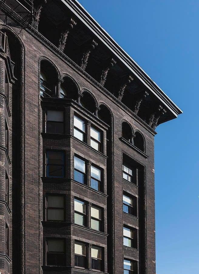 Monadnock Building - особенное здание в ЧикагоЗдание Monadnock Building, возведенное в Чикаго в 1891-1893 годах, считается вехой в американском высотном строительстве. 16-этажное здание высотой 60 м, несмотря на свои скромные по сегодняшним меркам габариты, часто упоминается в литературе как небоскреб, а также входит в список достопримечательностей Чикаго и Национальный реестр исторических мест США. И вот почему.Здание строилось в два этапа. Его северная часть, спроектированная бюро Burnham & Root и возведенная в 1891 году имеет несущие стены из кирпича толщиной 1,81 м у основания и 0,46 м в верхней части (некоторые источники даже ошибочно упоминают о нем как о самом высоком кирпичном здании, когда либо построенном). Но в процессе строительства был вскрыт ряд проблем, связанных со значительным весом массивных кирпичных стен (порядка 50 тысяч тонн), неравномерными осадками, а также очень высокой стоимостью.Южная же часть здания строилась в 1892-1893 годы по проекту бюро Holabird & Roche и, в отличие от северной, уже имело стальной каркас с самонесущей кирпичной кладкой. Monadnock Building считается поворотной исторической точкой в технологии высотного домостроения. Именно на этом примере на практике убедились в неэффективности возведения небоскребов из кирпича. Все знаковые «кирпичные» высотки, строившиеся позднее, в том числе - Empire State Building, Сhrisler buiding и другие - имели стальной или железобетонный каркас.#история #сша