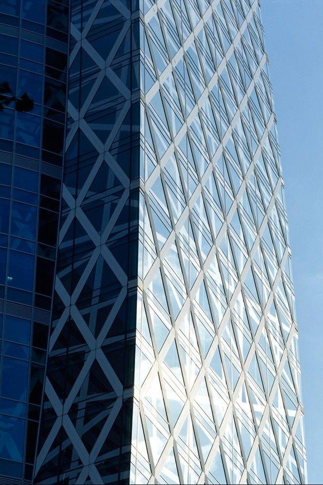 Небоскреб-колледж Mode Gakuen Cocoon TowerMode Gakuen Cocoon Tower (башня-кокон) — 50-этажное здание высотой 204м, возведенное в 2006-2008 гг. в токийском деловом районе Ниси-Синдзюку по проекту архитектурной студии Tange Associates. Небоскреб вмещает три учебных заведения: профессиональную школу моды (Mode Gakuen), колледж информационных технологии и дизайна (HAL) и медицинский колледж (Shuto). Здание рассчитано на 10 000 студентов.По высоте башня является второй в мире среди учебных зданий после МГУ (высота которого составляет 240 м с учетом шпиля) и входит в 20-ку самых высоких зданий Токио. В 2008 году агентство Emporis назвало его «Небоскребом года».Башня возведена в стиле деконструктивизма, для которого характерны визуальная усложненность, неожиданные изломанные формы и подчеркнуто агрессивное вторжение в городскую среду. Здание выглядит как стеклянная башня, опутанная сеткой из белого алюминия.Конструкция небоскреба проста. В центре расположен вертикальный стержень, позволяющий зданию сохранять устойчивость во время сейсмических толчков. К этой опоре примыкают лифтовая шахта и лестничные пролеты. Планировка этажей стандартна. На каждом из них вокруг стержня расположены три прямоугольные учебные аудитории. Через каждые три этажа находится трехуровневый холл для студентов, который выходит на три стороны — восток, юго-запад и северо-запад. Кроме 50 надземных, есть три подземных этажа.Небоскреб разработан с учетом требований энергоэффективности. Комплекс различных подходов и систем позволяет компенсировать до 40 % потребляемой энергии. Эллиптическая форма конструкции позволяет равномерно распределять солнечный свет, а также снижает интенсивность ветровых нагрузок.#небоскребы #образовательныеучреждения #япония