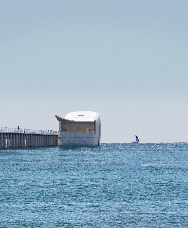 В Австралии строят подводную обсерваторию в форме китаПроект Австралийского подводного исследовательского центра разработан проектным бюро Baca Architects. Частично погруженное в воду здание, очертаниями напоминающее на кита, будет располагаться в бухте Географ, рядом с пристанью Басселтон в Западной Австралии.Зал для посетителей, расположенный в подводной части здания будет оснащен огромным панорамным окном с видом на океанское дно. Новая обсерватория заменит существующий исследовательский центр и станет крупнейшим в мире сооружением такого рода.В центре будут располагаться исследовательские помещения и выставочные залы, которые посетители должны будут миновать, спускаясь к главному нижнему залу с большим окном.Корпус здания выполнен из монолитного железобетона с пористой поверхностью, благоприятной для развития подводной флоры и ракушек. Для устройства легкой каркасной крыши задействованы инженеры-яхтостроители.В настоящее время ведется подготовка к строительству сооружения на одной из верфей, расположенных рядом. После завершения работ корпус в готовом виде будет отбуксирован на свое проектное место и зафиксирован на дне океана. Строительство планируется завершить уже в 2022 году.#подводныесооружения #общественныездания #австралия