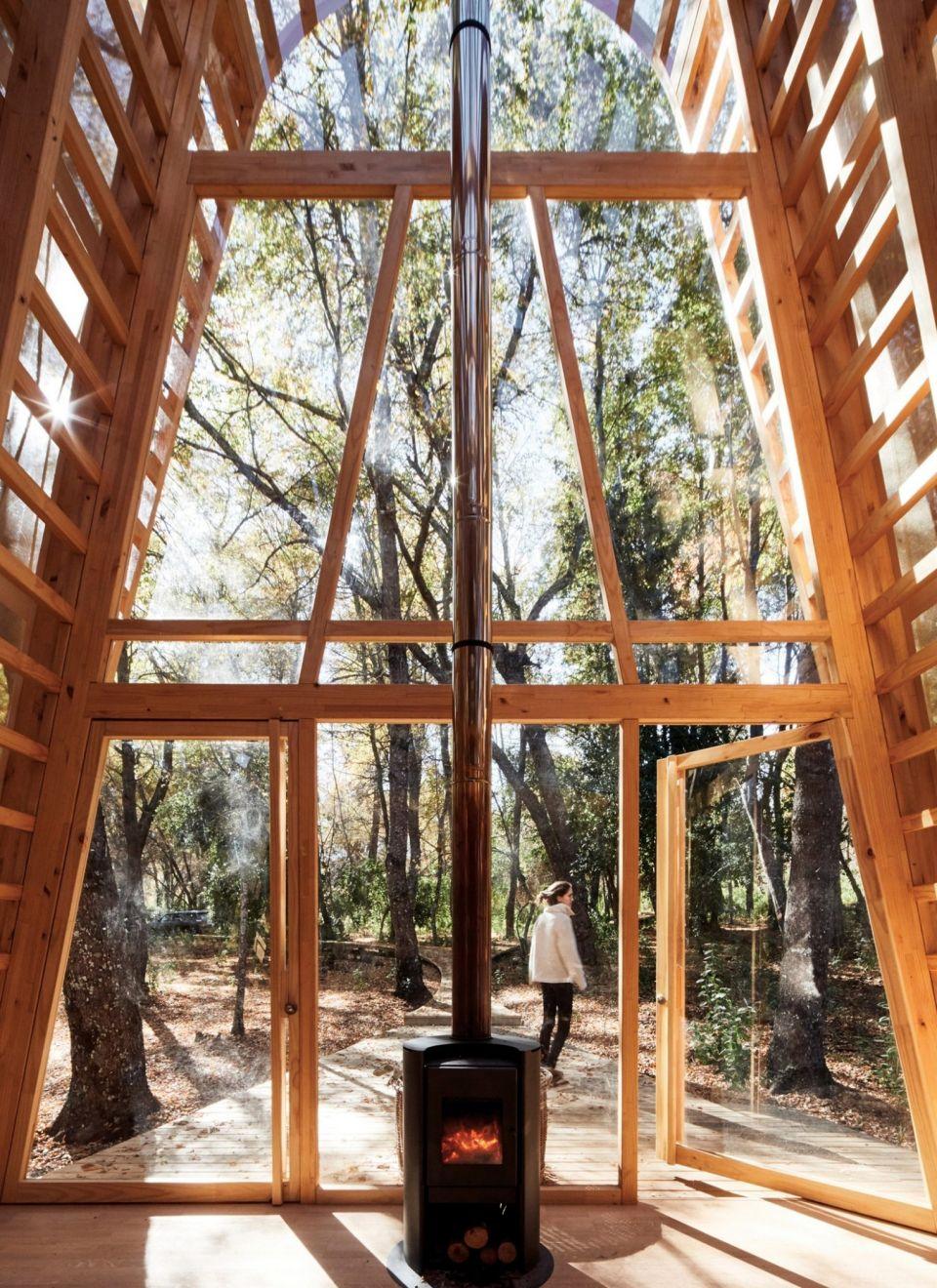La Invernada - небольшой деревянный дом в ЧилиНебольшой трехэтажный дом площадью 54 квадратных метра, спроектированный архитектурным бюро Guillermo Acuña Arquitectos Asociados, имеет простую конструкцию: деревянный каркас, обшитый листами монолитного поликарбоната. При этом объект, расположенный в районе Курико (Чили), смотрится впечатляюще и отлично вписывается в окружающую среду: с одной стороны здания протекает река, а с другой - начинается лес.Днем внутри здания можно наблюдать красивую игру теней, а ночью дом превращается в большой светильник. На первом этаже располагается гостиная с дровяной печью и небольшой кухней, а также ванной комнатой. На втором и третьем этажах расположены спальни.В качестве материала для каркаса использована ламинированная чилийская сосна. Монолитный поликарбонат толщиной 8 мм - материал, известный своей высокой прочностью и антивандальными свойствами. Кроме поликарбоната в обшивке здания по длинным сторонам присутствует солнцезащитная сетка.Каркас здания смоделирован в компьютерной программе, а его элементы вырезаны по модели на оборудовании с ЧПУ. Сборка каркаса осуществлена при помощи деревянных крепежных деталей. Строительство заняло в общей сложности 20 дней.#малоэтажноестроительство #чили