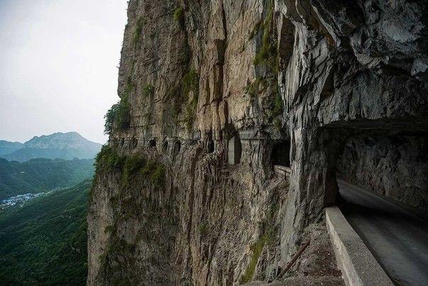 """Тоннель Гуолянь в КитаеГуоляньский тоннель - одна из достопримечательностей горного района провинции Хэнань, Китай. Путеводитель для туристов сообщает, что тоннель вырублен в скалах местными жителями в количестве 13 человек с использованием только ручных инструментов. Поэтому стены тоннеля неровные, а """"окна"""" имеют неправильную форму. Назначение окон - утилитарное - через них в пропасть сбрасывали породу при прохождении тоннеля. Возможно эта история является фольклором, а возможно, имеет под собой реальную основу.Сегодня Гуоляньский тоннель связывает одноименное поселение, которое долгое время оставалось отрезанным от окружающего мира высокими горами. Историческая изоляция и избыток горной породы вокруг способствовали развитию местных традиций: практически все предметы в поселении изготавливались из камня - ворота, дороги, мосты, дома, столы, табуреты и даже посуда.Строительство продолжалось 5 лет - с 1972 по 1977 год. Тоннель имеет ширину до 4 м, высоту 5 м, а его общая протяженность составляет 1,2 км."""