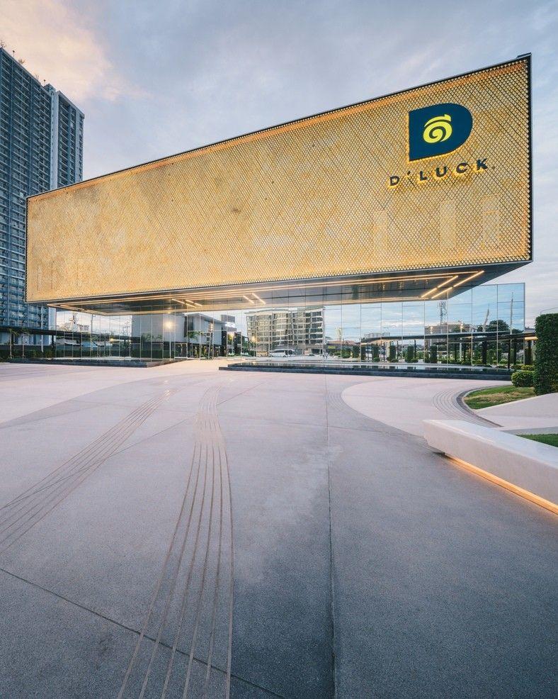 Летающий театр Singha D'luck Cinematic в Паттайе<br /><br />Особенностью здания кинотеатра Singha D'luck Cinematic, возведенного в 2017 году в Паттайе (Тайланд) по проекту Architects 49, является иллюзия левитации. При взгляде под определенными углами (которые обеспечивают основные точки обзора) создается впечатление отсутствия стен первого этажа. Тяжелая конструкция крыши как бы зависает над площадью.<br /><br />Ошеломительная иллюзия достигается за счет нескольких приемов: освещения, зеркального фасада первого этажа и конструкции консольного свеса непрозрачной части фасада, выступающей почти на девять метров. Нижняя часть консоли отражается в зеркальном фасаде, что создает иллюзию того, что весь прямоугольник конструкции виден для наблюдателя. Эффект усиливает точно выбранное расположение здания, благодаря чему отражение в зеркале и окружающий фон очень похожи визуально.<br /><br />#фасады #общественныездания #театры