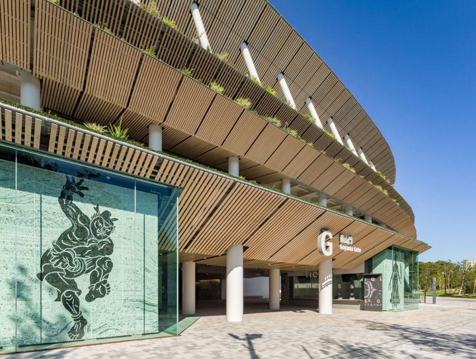 Интересный проект стадиона реализован в Токио (Olympic Stadium Tokyo 2020)Проект разработан группой японских студий: Kengo Kuma & Associates, AZUSA SEKKEI, Taisei Corporation. Отличительными особенностями нового сооружения являются: дизайн в стиле традиционной японской архитектуры и обилие деревянных конструкций.Фасады стадиона имеют карнизы, выполненные в виде многоярусной японской крыши. Такая конструкция защищает помещения и трибуны от чрезмерного нагрева, а также улучшает естественную вентиляцию пространств. Высота стадиона минимизирована, а карнизы покрыты зеленью местных видов. Таким образом, новое сооружение гармонирует с контекстом сада храма Мэйдзи.Крыша стадиона выполнена из пространственных конструкций с 60-метровыми консолями. Конструкции состоят из стальных и деревянных элементов. В отделке доминирует дерево. В конструкциях сооружения применяются сейсмические демпферы, поглощающие энергию землетрясений.#спортивныесооружения #япония