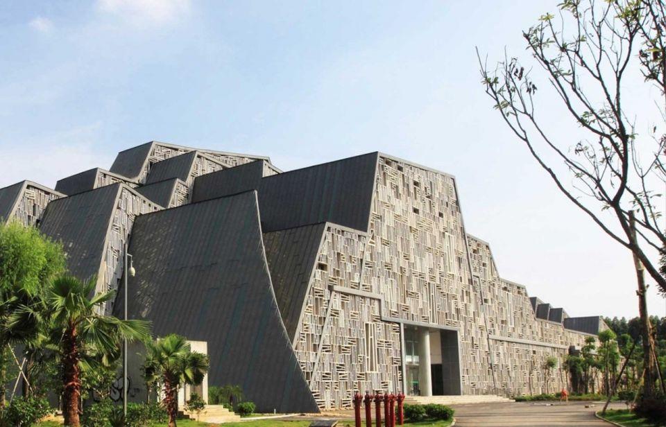 Здание-камень в КитаеВ Китае появляется все больше интересных зданий, имитирующих природные ландшафты страны - горы, зеленые холмы, камни. Одно из таких зданий появилось недавно в древнем городе Лючжоу в провинции Гуанси.Здание возведено в 2016 году по проекту бюро Zhanghua и имитирует природный скалистый ландшафт. Оно расположено на фоне двух горных вершин – одна из которых более крутая и высокая, а вторая – более округлая и низкая. Внешний вид здания напоминает камень, расслоенный многолетней эрозией в контакте с водой и ветром.В здании расположен филиал научно-исследовательского института Тяньцзинь. Общая площадь – 16500 м2.#общественныездания