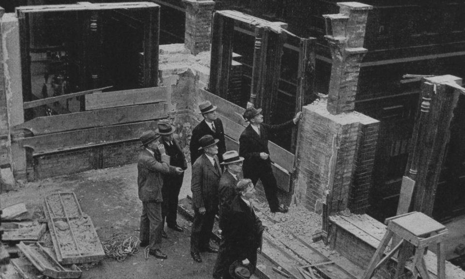 """История первого небоскребаТермин """"небоскреб"""" начал впервые ассоциироваться со зданиями в начале 1880х годов, когда горизонты Чикаго и Нью-Йорка стали расти. После Большого Чикагского пожара в 1871 году быстрый экономический рост привел к увеличению спроса на землю в городах, что вынудило застройщиков наращивать высоту зданий. Такой спрос, в сочетании с новыми достижениями в строительной отрасли, стал причиной появления первого в мире небоскреба - Home Insurance Building.По современным меркам 10-этажное здание высотой 42 м, конечно же, не может считаться небоскребом, однако, к моменту завершения строительства, в 1884 году, а также на протяжении следующих 5 лет, это здание позиционировалось, как самое высокое в мире.В те времена стены зданий возводились из несущей кладки, и к концу XIX века этот метод строительства стал проблемой, ограничивая их высоту - толщина стен на нижних этажах должна была быть огромной, чтобы выдерживать вес последующих этажей.Инженер Уильям Лебарон Дженни, одноклассник Гюстава Эйфеля, был убежден, что металлический каркас позволит зданиям подниматься выше и, при этом, снизит их вес. Легенда гласит, что он вдохновился строительством зданий из стали в тот момент, когда его жена положила тяжелую книгу на металлическую клетку для птиц из тончайших прутьев, которые не сломалась.В своем проекте Дженни рассчитал стальной каркас здания, заполнив его легкой кладкой в качестве ограждающих конструкций, снизив вес здания на две трети по сравнению с каменным. Для подъема использовался гидравлический лифт. В то время такое решение было совершенно новым, и городские власти отложили на некоторое время проект для проведения дополнительных экспертиз.Однако, предусмотренного инженером запаса прочности хватило настолько, что через шесть лет после завершения строительства над зданием была выполнена надстройка еще двух этажей.Home Insurance Building - не являлось самым высоким сооружением, металлический каркас также применялся и ранее. И лифты к тому времени уже на"""