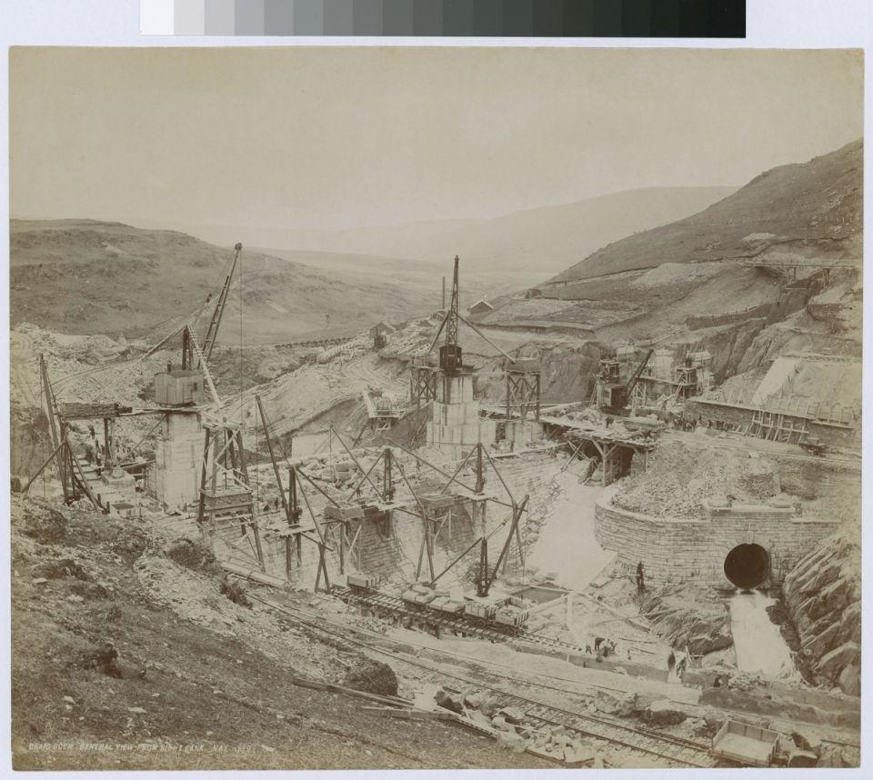 Каменная плотина Craig Goch в УэльсеCraig Goch - одна из красивейших и самых элегантных дамб в каскаде водохранилищ долины Элан в Уэльсе (Великобритания). Гидротехническое сооружение является частью системы водоснабжения Бирменгема, в состав которого входит всего четыре плотины и акведук протяженностью 126 км.Сооружение возведено в 1897-1904 годах по проекту инженера Джеймса Мансерга и представляет собой арку с небольшим изгибом против давления воды, выполненную из массивных каменных глыб нерегулярного расположения и облицованных каменной кладкой. По гребню плотины проходит виадук, опирающийся на 13 каменных быков, между которыми организован перелив воды.В настоящее время сооружение, помимо своего основного назначения, является известной туристической достопримечательностью. В 1997 году на плотине начал работу гидроэлектрический генератор.#история #гидротехническиесооружения #великобритания