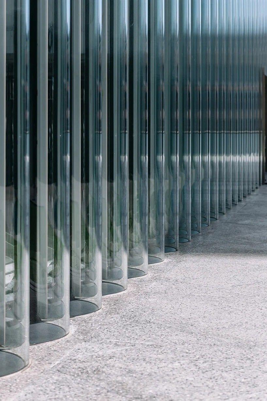 """Невероятный фасад из стеклянных труб нового художественного и культурного центра K11 MUSEA в ГонконгеНовое здание культурного центра в Гонконге, K11 MUSEA, разработанное проектным бюро SO-IL, является частью большого проекта """"Victoria Docksid"""" застройки набережной Цим Ша Цуй.Особенностью нового центра стал необычный фасад, выполненный из прозрачных стеклянных труб высотой 9 метров и диаметром 1 метр. В общей сложности для устройства фасада использовано 475 таких труб.В рамках проекта архитекторы сотрудничали с инженерно-конструкторским бюро """"Eckersley O'Callaghan"""" и стекольным производителем """"Cricursa"""".Каждая труба состоит из двух полуцилиндров, которые были изогнуты гравитационным методом в нагретом состоянии. Стекло - двухслойное, общей толщиной 12 мм. Стеклянные заготовки произведены в Испании и собраны в трубы в специальном чистом помещении в Гонконге, чтобы избежать попадания внутрь пыли.Из-за небольшого радиуса трубы, монтаж стеклянного фасада при помощи стандартных присосок оказался невозможен, поэтому для выполнения работ проектировщикам пришлось разрабатывать индивидуальное техническое решение с применением гусеничных подъемников.#фасады #стеклянныеконструкции #китай"""