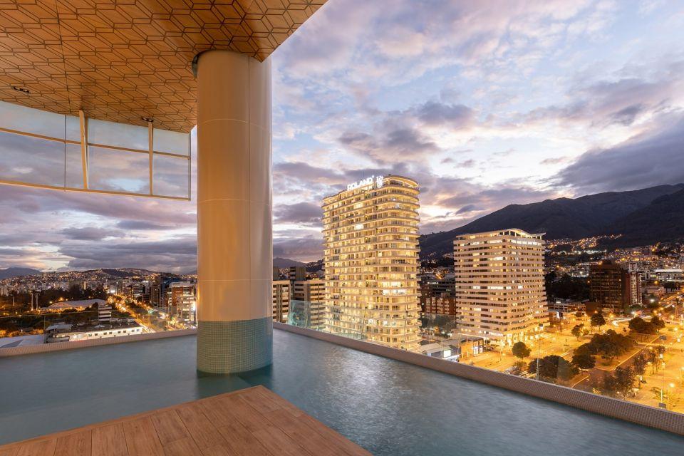 """Unique – жилая башня в Эквадоре с """"разрывом"""" посерединеВ столице Эквадора, городе Кито, завершено строительство 24-этажного жилого здания «Unique» высотой 102,4 м по проекту студии Carlos Zapata Architects (Нью Йорк, США). Здание расположено на северной окраине городского парка Ла Каролина и содержит 99 жилых квартир и 5 помещений коммерческого назначения.Главной особенностью здания является «разрыв» - трехуровневое открытое пространство, расположенное в его центральной по высоте части. Верхняя часть здания имеет небольшой наклон и нависает над открытым пространством, опираясь на сетку колонн. В открытой зоне расположен бассейн с местами для отдыха. Кроме этого, еще один бассейн, фитнес-зал, сауна и зал для спа-процедур расположены на крыше. Здание имеет ряд открытых озелененных террас и балконов.Общая площадь здания составляет 18846 квадратных метров. Помещения имеют панорамные окна с видами на город. Фасад выполнен из стекла, чередующегося вставками алюминиевых панелей.Современные экологические и энергосберегающие технологии включают в себя систему сбора, очистки и использования дождевой воды, «умные» системы управления потреблением электричества и освещением, полива растений и другие.#небоскребы #эквадор"""