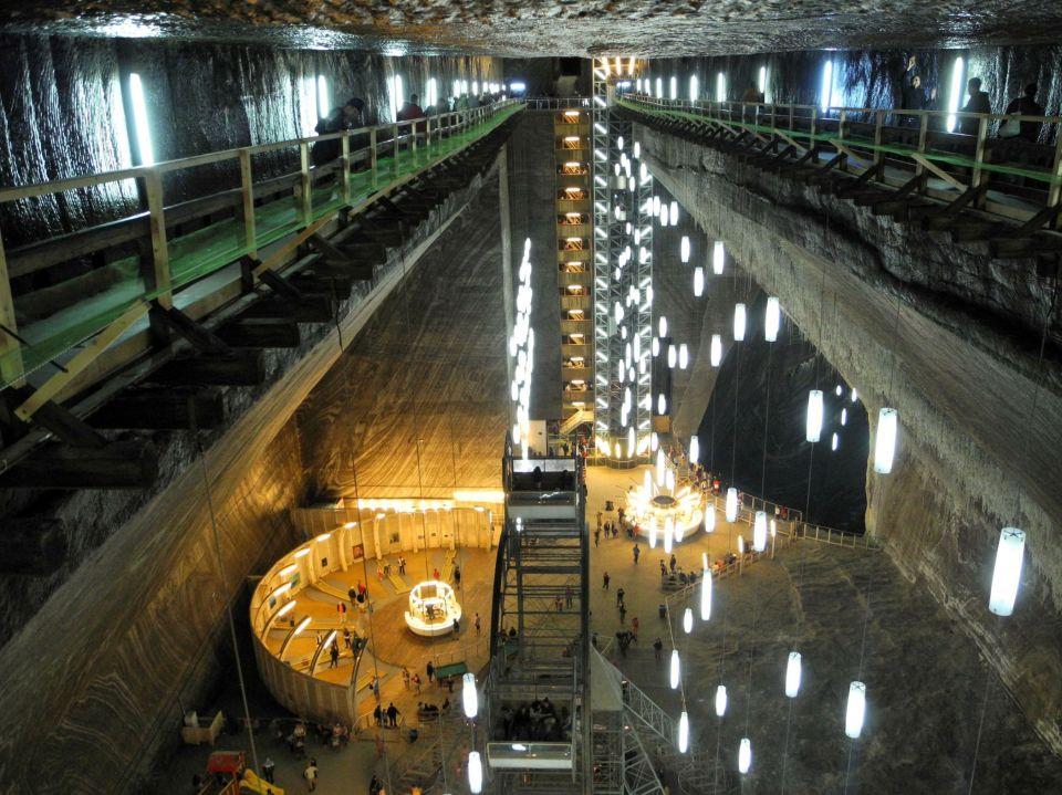 Саляна Турда - парк развлечений на глубине 122 мСалина Турда - это древняя соляная шахта, расположенная в городе Турда в Румынии. Это первая шахта в стране, на которой в древности впервые начали добывать соль (первый документ, в котором упомянута соляная шахта Турда, датируется 1075 годом). Шахта обеспечивала поваренной солью всю Румынию от средневековья вплоть до 1930-х годов, после чего вынуждена была закрыться в связи с усилением конкуренции на рынке. Но в 1992 году шахта Салина Турда была вновь открыта, но уже как парк развлечений, расположенный на глубине 122 метра под землей.Посетителям открыты пять глубоких камер на дне шахты и музей горной техники. Во всех залах и коридорах организована дизайнерская подсветка. Кроме этого, в шахте есть амфитеатр, мини-поле для гольфа, два боулинга, спортивная площадка, детская площадка и даже колесо обозрения. Особое впечатление оставляет подземное озеро, ширина которого 120 метров, а глубина — 8 метров.Издание Business Insider отметило, что соляная шахта Турда является самой красивой достопримечательностью, расположенной под землёй.Также шахта находится в списке «25 необыкновенных достопримечательностей на Земле о существовании которых туристы не подозревали».#объекты #история #подземноестроительство #румыния