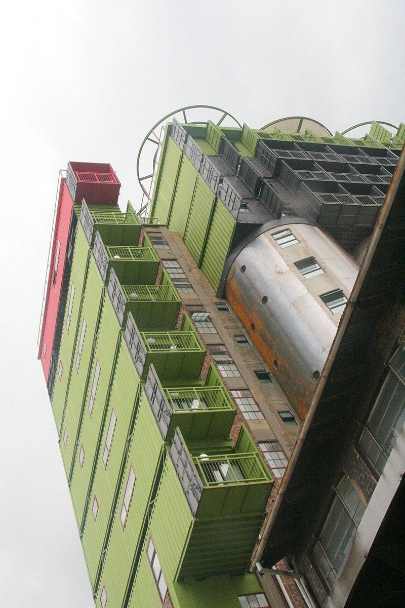 Реконструкция зернового элеватора под студенческое общежитие в ЮАРMill Junction - один из первых известных проектов реконструкции силосных железобетонных элеваторов под многоэтажное здание. Проект реализован в южноафриканском городе Йоханнесбург в рамках расширения студенческого городка.После вывода из эксплуатации в 1960х годах мельничного комплекса, силосный склад зерна долгое время находился в заброшенном состоянии. В начале 2000х годов Йоханнесбург стал стремительно развиваться как деловой и торговый центр ЮАР со множеством учебных заведений.Проект реконструкции элеватора под студенческое общежитие разработан компанией Citiq. Внутри силосов устроили междуэтажные перекрытия, коммуникации, а в стенах предусмотрели новые окна для естественного освещения комнат. Более того, к бывшему элеватору достроили еще несколько этажей, а также расширили уже существующие уровни. Для надстройки и увеличение площади использовали морские грузовые контейнеры.В итоге элеватор превратился в одиннадцатиэтажное здание Mill Junction с 375 одноместными комнатами для студентов местного высшего учебного заведения. По информации разработчиков проекта, такая реконструкция старого промышленного сооружения обошлась заказчику в десять раз дешевле, чем строительство нового общежития с аналогичным количеством комнат.#реконструкция