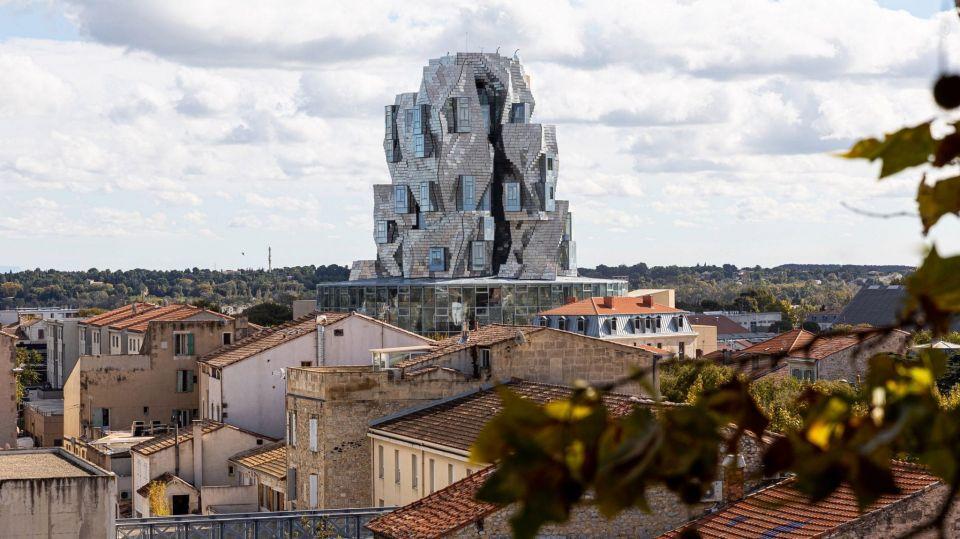 """Во Франции построили башню из нержавеющей сталиСтроительство башни Luma Arles, известной также как """"Башня Искусств"""" по проекту известного архитектора Фрэнка Гери, завершено в городе Арль на юге Франции. По словам Гери, внешний вид здания наследует принципы древнеримской архитектуры Арля, перекликается с видом окрестных гор, а также имеет отсылки к картине Винсента ван Гога """"Звездная ночь"""", которая была написана им в этих краях.Внутри здания высотой 56 метров расположены выставочные галереи, архивы, библиотека, офисы, залы для семинаров и кафе. Фасад здания имеет отделку из 11000 панелей из нержавеющей стали, расположенных в нерегулярном порядке. Основная часть здания установлена на стеклянном цилиндрическом подиуме, который напоминает местную историческую достопримечательность - амфитеатр Арля, распложенную неподалеку.Башня задумана, как главное сооружение центра искусств. Кроме башни в состав центра входит ряд реконструированных железнодорожных складов, а также общественный ландшафтный парк.#общественныездания #франция"""