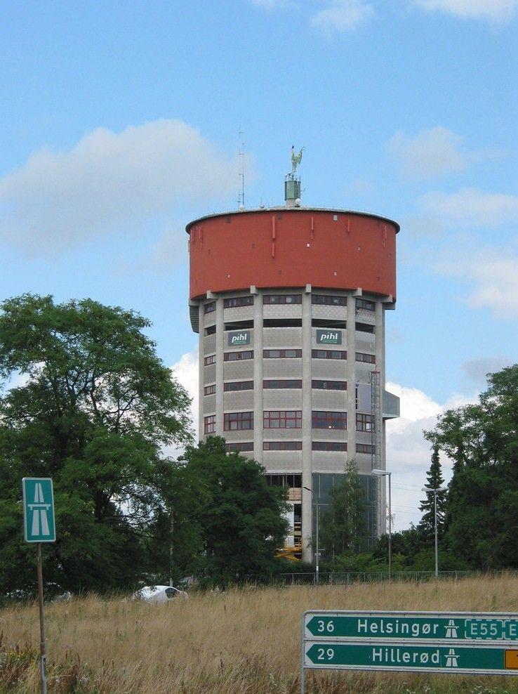 Проект реконструкции водонапорной башни под студенческое общежитие в ДанииПроект реконструкции водонапорной башни города Егерсборга (Дания) под студенческое общежитие разработан компанией Dorte Mandrup Arkitekter ApS и реализован в 2006 году.Существующая конструкция водонапорной башни разделена новыми перекрытиями на 10 этажей. На пяти этажах расположены жилые помещения. Верхний этаж - технический. Нижние этажи занимают гардеробы, многофункциональный зал, помещения для самостоятельных занятий. Общая площадь здания составляет 5370 м2.При реконструкции контур водонапорной башни дополнен эркерами, которые увеличивают площадь жилых помещений и повышают уровень естественного освещения.#реконструкция #водонапорныебашни #дания