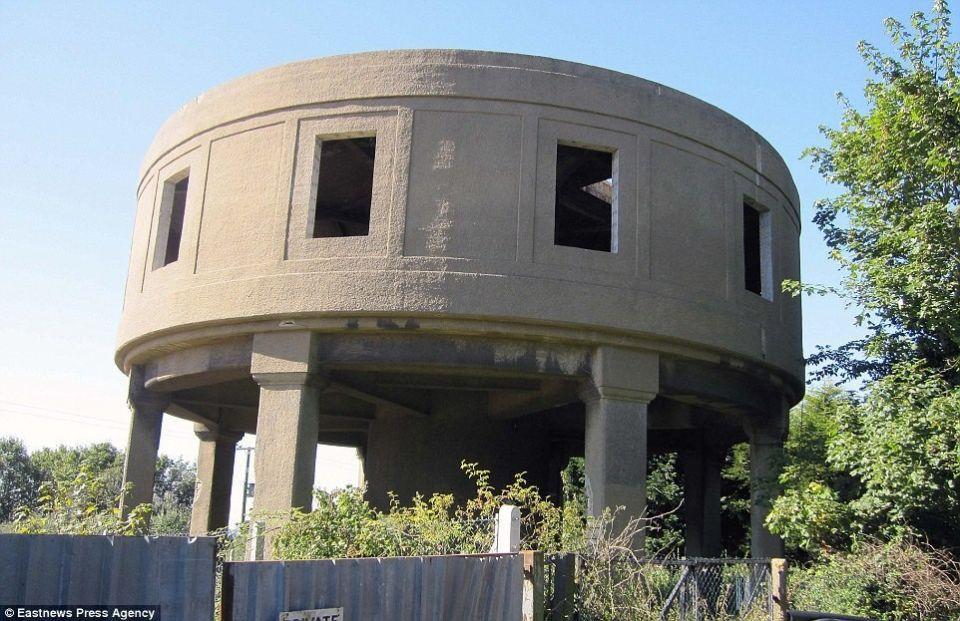Реконструкция водонапорной башни в жилой дом в ЛатчингдонеВ 2013 году Майк Томас, директор британской инжиниринговой компании, выкупил полуразрушенную водонапорную башню в Латчингдоне, расположенном в 15 км от Челмсфорда, графство Эссекс. Оригинальное сооружение возведено в 1930 годах и на протяжении последних 30 лет не эксплуатировалось. Инженер разработал и реализовал собственный проект реконструкции башни в жилой дом. Работы заняли порядка двух лет.Результатом реконструкции стало уникальное 3-этажной здание, в котором расположились три спальных комнаты, гостиная, просторная ванная, столовая, кухня, подсобные помещения, а также большой тренажерный зал и открытая терраса с 360-градусным обзором. Процесс трансформации сооружения был детально заснят.Стоимость приобретенной башни составляет 250 тысяч долларов. Стоимость реконструкции - 300 тысяч. Проект был отмечен некоторыми местными наградами в области архитектуры и дизайна.#реконструкция