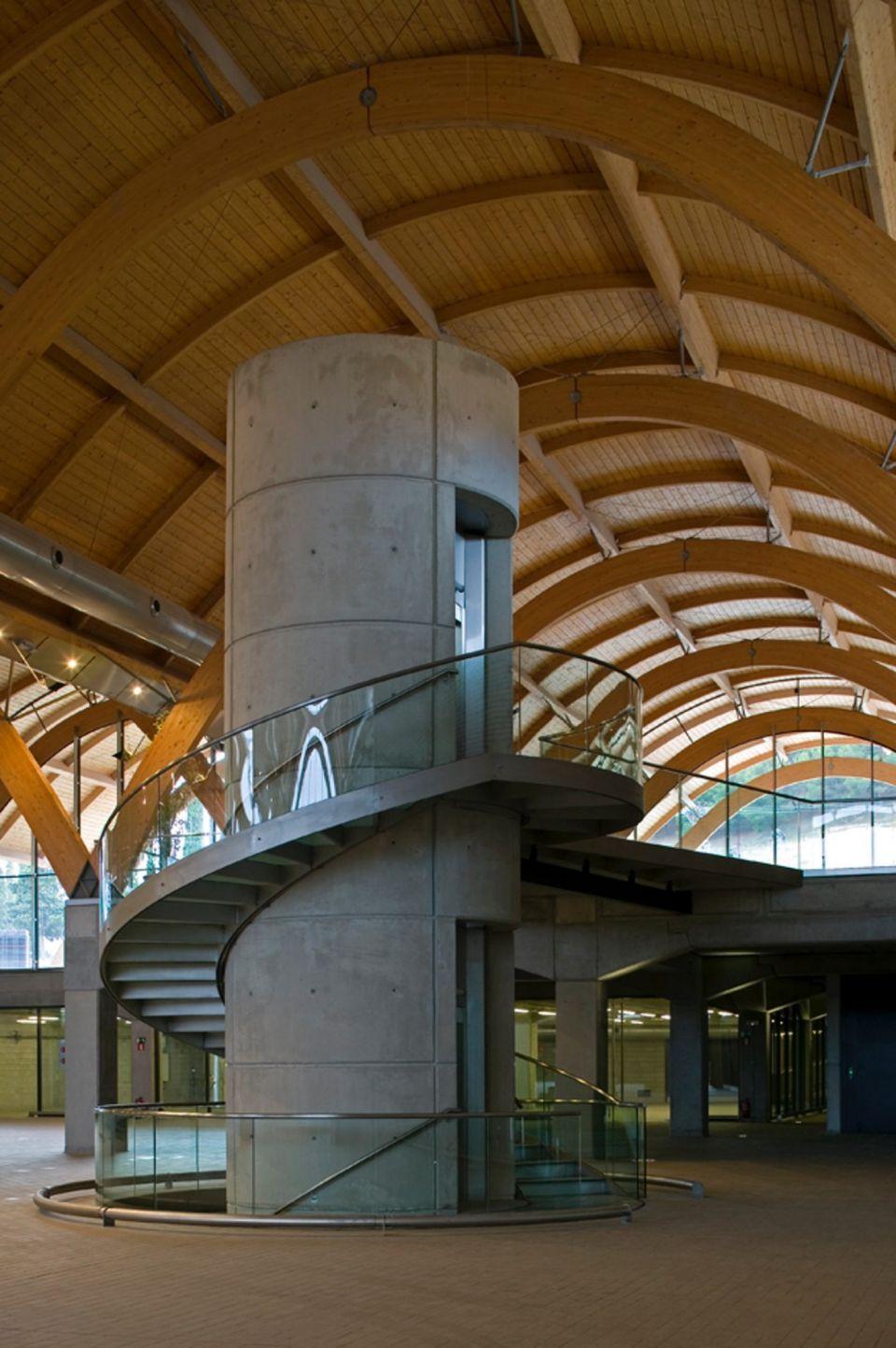 Винная архитектура Bodegas ProtosВинный завод Bodegas Protos Winery, возведенный в 2008 году в Вальядолиде (Испания) по проекту британского архитектора Ричарда Роджерса и местной студии «Алонсо Балагер и партнеры», помимо основного сооружения, включает в свой состав также штаб-квартиру компании и дегустационный центр. Новое здание связано подземным тоннелем с существующими винными погребами, расположенными под историческим замком Пеньяфьель, в котором сегодня расположен музей вин.Заглубленная часть здания, занятая оборудованием для производства и выдержки вина, представляет собой современную интерпретацию традиционных технических решений в области виноделия. Открытое офисное пространство расположено в двухъярусной надземной части. В качестве несущих конструкций покрытия используются параболические арки из ламинированной древесины, что придает всему сооружению легкий и эстетичный вид.Сегодня, наряду с замком Пеньяфьель, новый винный завод является одной из главных достопримечательностей города.