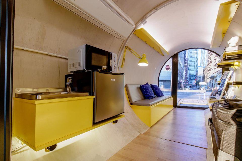 Opod Tube House - дома-модули из железобетонных трубВ Гонконге предлагают бороться с нехваткой жилого пространства при помощи мобильных микро-домов Opod Tube House. Проект модульных решений из секций железобетонных водопроводных труб диаметром 2,5 м разработан архитектурной студией James Law Cybertecture.Модули могут состыковываться в необходимом количестве, размещаться как отдельные строения, а также монтироваться один на другой в несколько ярусов и располагаться в промежутках между существующими городскими зданиями.Полезная площадь каждого модуля составляет 9,29 м2. Модули предназначены для проживания 1-2 человек: внутри них имеется спальная, кухня, ванная и туалет. Модули оснащены малогабаритной трансформируемой мебелью, панорамным остеклением и дверью, открываемой смартфоном. Вес одного модуля - порядка 20 тонн.Целевая группа, для которой разработан проект - студенты и молодые люди, которые только начинают свою карьеру. Разработчик позиционирует Opod как временное жилье, в котором можно жить до двух с половиной лет.#мобильныездания #китай
