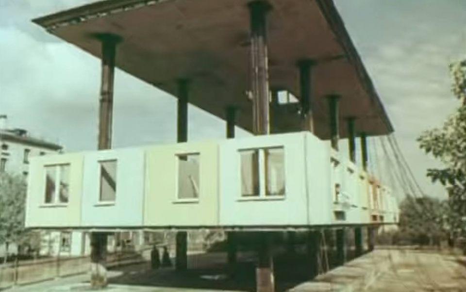 """Строительство методом подъема этажей в Советском СоюзеОдним из примеров ведения строительства методом подъема этажей в отечественной практике является экспериментальный односекционный 32-квартирный 4х-этажный жилой дом, расположенный по улице Магнитогорской в Ленинграде. Здание возведено в 1959 году без применения строительных кранов.Вначале были установлены два ряда колонн, после чего строительными домкратами подняли и зафиксировали крышу. На сплошной железобетонной плите толщиной 16 см, с вырезом для лестницы, был полностью собран из панелей верхний этаж. Затем с помощью домкратов он был так же поднят наверх и закреплен. Аналогичным образом собрали и подняли остальные этажи. Таким образом, дом строился """"наоборот"""", начиная с крыши и верхних этажей. Два ряда колонн этого дома сечением 40х40 см имеют продольный шаг 6,4 м и поперечный 4,2 м. Железобетонная сплошная плита перекрытий толщиной 16 см крепится к колоннам и имеет консоли шириной около 2,5 м по всему периметру плиты. В центре плиты перекрытий — вырез для лестницы. Отверстия для пропуска колонн обрамлены металлическими воротниками. По результатам строительства экспериментального здания было метод подъема этажей был признан менее энергоемким и более скоростным. Кроме того, этим методом здания могли возводиться в крайне стесненных условиях строительства. И всё же разработка не получила распространения, прежде всего, в связи с необходимостью привлечения более высококвалифицированных специалистов и рабочей силы. Несмотря на экономию в строительных материалах и сроках, в целом строительство выходило довольно дорогим."""