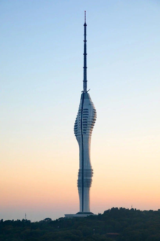 Завершение строительства радиобашни в СтамбулеВ Стамбуле завершается строительство футуристической радио-, телебашни по проекту Melike Altınışık Architects (МАА). Сооружение является самым высоким в городе.Верх башни представляет собой 145-метровую стальную мачту, установленную на железобетонной части высотой 203 м. С учетом постамента общая высота сооружения составляет 369 м (589 метров над уровнем моря).Внутри башни находятся: двухэтажный ресторан, смотровая площадка, с которой открывается 360-градусный обзор на Азию и Европу, общественное фойе, кафе, выставочные и медийные зоны.Теле- и радиовещание башни начало работать еще в ноябре 2020 года, когда основные строительные работы не были завершены. Общественная и офисные части башни общей площадью 22 тысячи квадратных метров должны открыться в мае 2021 года.#проекты #небоскребы #турция
