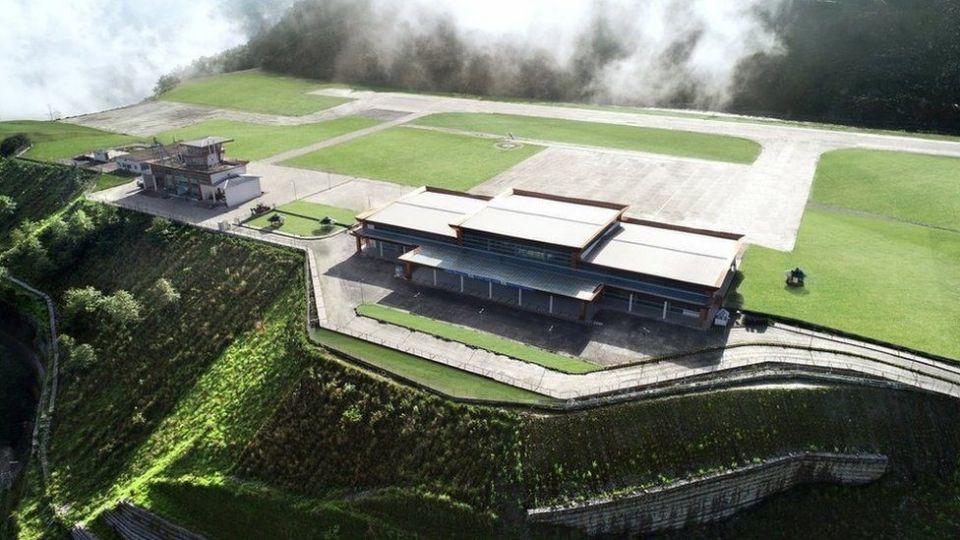Сложный проект: аэропорт Пакйонг в ГималаяхНовый аэропорт в высокогорном индийском штате Сикким окружен горными долинами на обоих концах взлетно-посадочной полосы, длина которой составляет всего 1,75 км. Полосу строили девять лет.По словам пресс-секретаря индийской строительной компании Punj Lloyd, сложный рельеф и неблагоприятные погодные условия сделали проект чрезвычайно сложным и в то же время захватывающим. Инженеры говорят, что главная задача состояла в том, чтобы провести подготовительные работы и доставить оборудование через узкие горные дороги. С апреля по сентябрь в Сиккиме сезон дождей. Холмистый ландшафт и высокая сейсмичность также осложняли работу строителей.Земля для аэропорта была буквально вырезана из горы с помощью специальных геотехнических инженерных работ. Подпорная стена, выполненная из габионных конструкций, - одна из самых высоких в мире среди подпорных стен такого типа. Ее высота - 80 метров.Сооружение расположено на склоне горы Канченджанга на высоте 1371 м над уровнем моря.#инфраструктура #индия