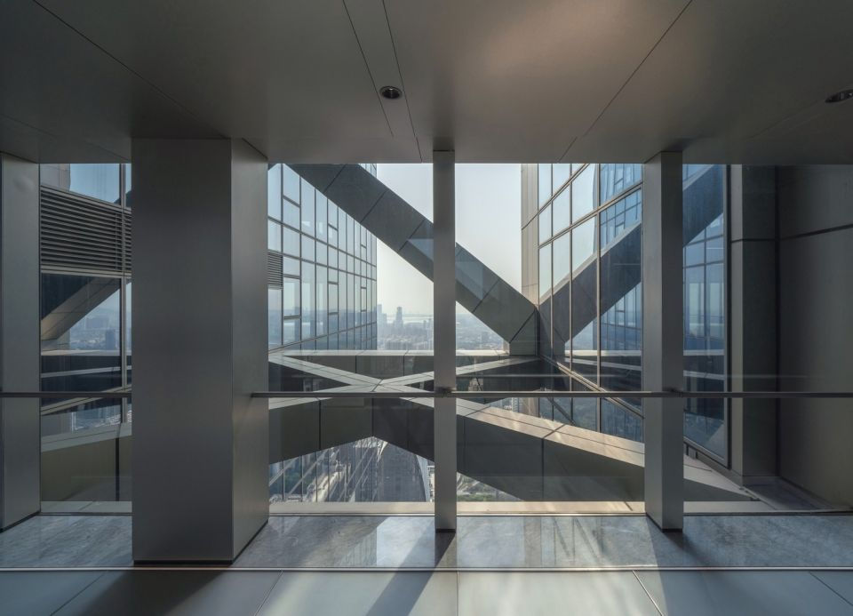 Hanking Center - небоскреб с выделенным ядромЗдание Hanking Center - небоскреб категории supertall, возведенный в деловом районе Наньшань города Шэньчжэнь (Китай) в 2018 году с постепенным вводом в эксплуатацию до конца 2021 года. Здание построено по проекту американской архитектурной фирмы Morphosis.Главная особенность здания - выделенное ядро, позволяющее организовать максимально свободные и гибкие пространства этажей. При высоте 359 м, в настоящее время это самое высокое здание такого типа в мире. Всего башня насчитывает 65 надземных этажей + 5 подземных. Основное пространство занимают офисы, также имеются торговые помещения, рестораны и зимний сад.#небоскребы #китай