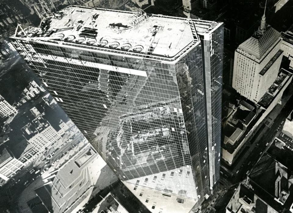 """История первого стеклянного небоскреба в СШАБашня Джона Хэнкока – первый небоскреб в США с полностью остекленным фасадом. Несмотря на это, здание имеет второе неофициальное название – «фанерный небоскреб». Произошло это следующим образом.Башня высотой 241м, насчитывающая 60 этажей спроектирована бюро I.M. Pei & Partners в 1968 году для города Бостон. Строительство должно было завершиться в течение трех лет, и в 1971 году основные конструкции небоскреба уже были возведены.Однако из-за различных недоработок в проекте открытие состоялось только в 1976 году. В частности, из-за недопустимо высокой амплитуды колебаний здания потребовалось дополнительно устанавливать демпферные блоки.Башня действительно сильно раскачивалась под воздействием ветра. Движение, при котором здание раскачивалось и одновременно слегка закручивалось (специалисты назвали его """"танцем кобры""""), создавало дискомфорт для работающих на верхних этажах. При этом раскачивание и закручивание совпадали по периодам и усиливали друг друга, что выяснилось, когда на каркасе разместили специальные датчики.Чтобы устранить проблему, на 58-м этаже установили два свинцовых груза по 300 тонн с масляными амортизаторами. Их инерция стала гасить колебания здания. Также было выполнено усиление центрального ядра диагональными связями.Кроме этого, в 1972 - 1973 годах фасад здания стал буквально сыпаться – при сильных ветрах стеклопакеты срывались вниз десятками. Размеры каждого стеклопакета составляли 1,2 × 3,4 м, а вес - 227 кг. Территорию вокруг башни огородили.Корень проблемы оказался в рамках стеклопакетов и в способе соединения рамки со стёклами. Прочные материалы, прекрасно работавшие в стеклопакетах относительно небольших размеров, оказались непригодными для больших стеклопакетов башни Джона Хэнкока: разница в коэффициентах теплового расширения приводила к накоплению микротрещин по периметру рамки, а под нагрузкой от сильного ветра стеклопакет рассыпался.В итоге пришлось пришлось заменить 10344 фасадных стеклопакета. """