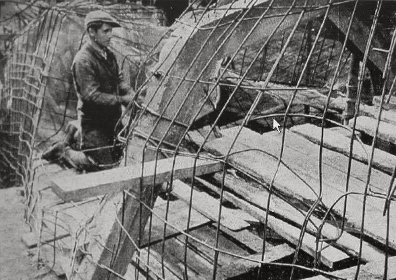 Из истории железобетонаВ отличие от бетона, железобетон - относительно новое изобретение. Его первые прообразы появились еще в начале XIX века, но официальной датой рождения считается 1867 год, когда француз Жозеф Монье запатентовал новый стройматериал. Любопытно, что Монье никогда не был связан с архитектурой и инженерией. По этой причине существует мнение, что железобетон он изобрел случайно.Первенство в разработке этого материала также оспаривают и другие страны, в том числе, Британия, США и Россия (например, в 1802 г. при строительстве Царскосельского дворца российские зодчие использовали металлические стержни для армирования перекрытия, выполненного из известкового бетона). Однако, официальный патент принадлежит именно Монье.Работая садоводом в Версале, Монье постоянно сталкивался с одной и той же проблемой: разрастающиеся корни крупных растений деформировали кадки и пускали по ним трещины. Усилить кадки он пытался разными способами: сначала увеличивал их толщину, затем вместо глины использовал обычный бетон. Но во всех случаях природа одерживала победу, пока Монье не додумался использовать металлические обручи в качестве внешнего каркаса.Такая конструкция оказались гораздо прочнее, однако потеряла эстетическую привлекательность, учитывая, что металл достаточно быстро начинал ржаветь, и стенки горшков покрывались бурыми пятнами и потеками. Тогда Монье Монье решил покрыть металлические пруться наружным слоем бетона, создав железобетонную конструкцию.В 1867 году он получил первый патент на переносные садовые кадки из металлических обручей и цементного раствора. Затем она занялся экспериментами более активно. В 1868 г. Монье построил в Майсонс-Алфорте небольшой железоцементный бассейн и в том же году взял патент на железоцементный резервуар и трубы. В 1869 г он сделал патентную заявку на железоцементные плиты, м перегородки, а также построил железобетонное перекрытие над своей мастерской.Сам Монье имел весьма смутные понятия о том, как взаимодействуют между собой 