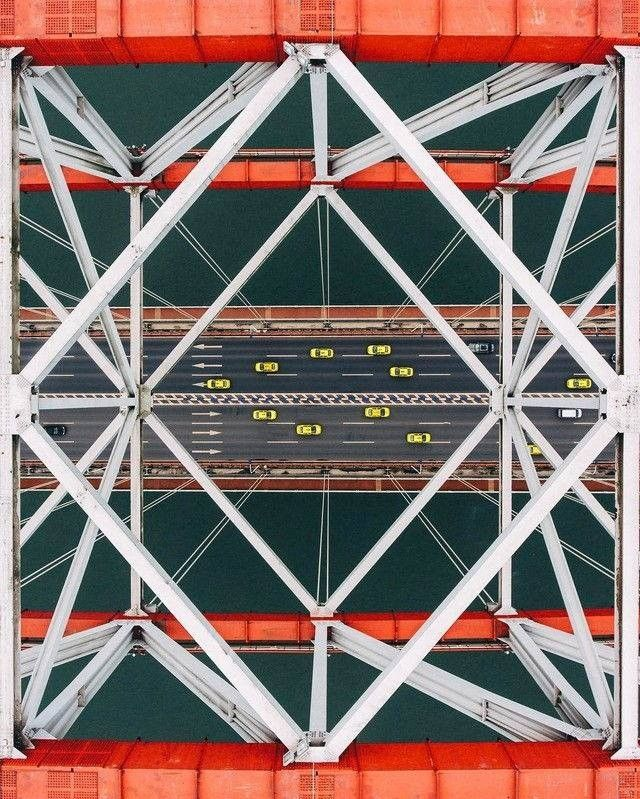 Изысканный стальной мост ЧаотяньмэньМост Чаотяньмэнь через реку Янцзы возведен в китайском городе Чунцин в 2004-2009 годах по проекту института China Railway Bridge Reconnaissance & Design Institute. Общая длина моста составляет 932 м (центральный пролет 552 м и два крайних по 190 м), а вместе с подъездными путями - 1741 м.Мост имеет два уровня. Верхний уровень шириной 36,5 м занят шестиполосной автомобильной дорогой и пешеходными тротуарами, устроенными консольно. По нижнему уровню шириной 29 м проходят две линии городской железной дороги, по бокам от которых располагаются еще по одной автомобильной полосе.Мост представляет собой стальную трехпролетную пространственную конструкцию, центральный пролет которой подвешен к арке. Благодаря длине центрального арочного пролета - 552 м, сооружение считается крупнейшим в мире среди подобных.#мосты #китай