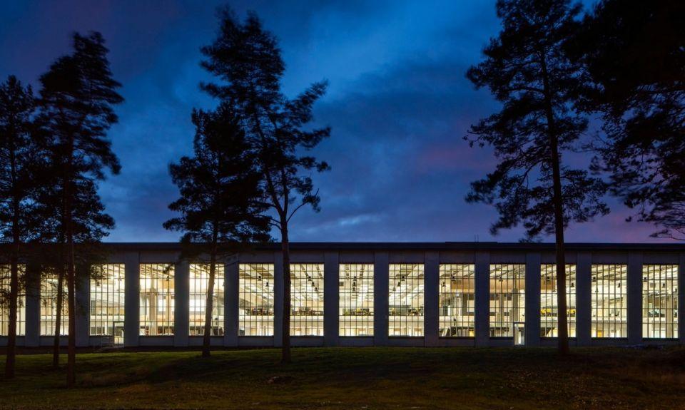 """Проект реконструкции промздания под инженерный офис ABB Strömberg ParkStrömberg Park - одно из зданий промзоны, формирование которой началось в 1940 годах в финском городе Ваасе под руководством архитектора Альвара Аалто. В процессе развития промзона претерпевала многочисленные реконструкции, а изменения в технологии производственных процессов приводили к постепенному уменьшению потребности в производственных площадях. В результате к концу ХХ века Strömberg Park, огромное промздание более 300 метров в длину, оказалось полностью пустым.Именно это здание стало объектом офисной трансформации, которую провела известная международная компания ABB, специализирующаяся на инжениринге в электротехнической отрасли, собрав большое число своих разрозненных инженерных подразделений под одной крышей. Старое производственное здание было реконструировано в огромный современный, светлый офис, в котором разместились более 700 сотрудников фирмы.В основе проекта, разработанного бюро Parviainen Architects, - диалог старого и нового времени. Большой объем существующего цеха полностью использован в вертикальном и горизонтальном направлениях: единое открытое пространство разделено на множество функциональных зон в нескольких уровнях, которые связывает между собой одна прямая 250-метровая """"улица"""".Все элементы железобетонного каркаса здания отреставрированы и оставлены без отделки в духе современных тенденций. Воссозданы некоторые другие детали оригинальных интерьеров - такие как переплеты окон, осветительные приборы.Обилие стекла в интерьере (кабины, балконы, перегородки, ограждения лестниц и площадок) и выставленные напоказ системы инженерного обеспечения (воздуховоды, трубопроводы, кабельные лотки) гармонично дополняют промышленную эстетику середины прошлого века и помогают создать рабочую атмосферу современного офиса.#реконструкция #общественныездания #финляндия"""