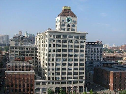 Один из знаковых пентхаусов Нью Йорка - апартаменты в часовой башне Бруклина17-этажная башня возведена в 1915 году в районе Дамбо в Бруклине, Нью-Йорк, и некоторое время являлась одним из самых высоких зданий города. Трехэтажная надстройка полностью использовалась для работы и обслуживания часового механизма.Позднее городские власти посчитали эксплуатацию часов с содержанием штата персонала нерентабельным предприятием и они были остановлены, но само здание - признано историческим достоянием. В 2009 году в часовой башне была выполнена реконструкция с сохранением оригинального внешнего вида.Часовая башня превратилась в один из самых дорогих пентхаусов Нью Йорка, стоимость которого в настоящее время составляет порядка 25 миллионов долларов. Основной особенностью апартаментов являются круглые четырехметровые окна-часы с потрясающими видами на город, в том числе - на знаменитый бруклинский мост.Работа часов также была восстановлена, с заменой громоздкого механизма на современные электрические приводы. Для связи между этажами пентхауса предусмотрена стеклянная лестница и лифт.#реконструкция #небоскребы #сша