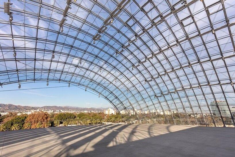 В Лос Анджелесе завершается строительство музея кинематографической академии по проекту Ренцо ПианоКомплекс, посвященный науке о киноиндустрии и киноискусству, планируется открыть в сентябре 2021 года. Проект реконструкции существующего здания разработан архитектурным бюро Ренцо Пиано и предполагает значительное расширение площадей, до 27870 квадратных метров.Комплекс насчитывает шесть этажей и включает в себя ряд постоянных и временных выставочных галерей, учебную студию, два современных театра, а также общественные пространства для проведения различных массовых мероприятий.Главной особенностью проекта станет стеклянная сфера, внутри которой расположится театр Дэвида Геффена на 1000 мест, где будут проводиться ежедневные живые показы и киносеансы предварительного просмотра. Театр будет обладать широкими визуальными возможностями, включая самое современное оборудование для лазерных проекций.#общественныездания #сша