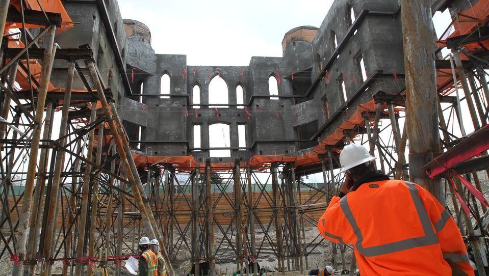 Реконструкция церкви пострадавшей в результате пожара.Прово (штат Юта, США)В ходе реконструкции пострадавшей от пожара церкви в Прово здание, весящее более 3 тысяч тонн, оказалось «подвешенным» в воздухе. Церковь Прово сгорела 17 декабря 2010 года, когда местный специалист по освещению по ошибке установил светильник на деревянной колонке на чердаке. Строители были вынуждены избавиться от остатков внутренней отделки, а затем, поддерживая стены с помощью специальных опор, вырыть котлован глубиной около 12 метров, чтобы восстановить подвальные помещения и фундамент.К слову, церкви более 130 лет.#реконструкция