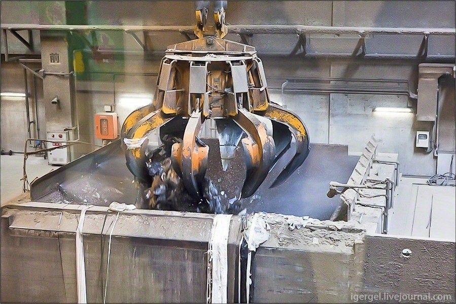 Мусоросжигательный завод Maishima в Осаке: шедевр промышленной архитектурыВсю свою жизнь австрийский архитектор Хундертвассер ломал стереотипы. И оставил после себя не только удивительные жилые дома, но и жизнерадостные, совершенно нестандартные промышленные предприятия. Одним из таких предприятий является мусоросжигательный завод Maishima в Осаке (Япония).Кроме обычного мусора, на данный завод поступают и высушенный осадок канализационных стоков. В традиционной практике ил, или осадок сточных вод захоранивают в огромных по площадям картах, что дёшево, но атмосферу выделяются газы, образующиеся при гниении, да и сам «продукт» содержит целый ряд опасных веществ, включая тяжёлые металлы.В Японии и многих других странах иловый осадок сжигают. Выделяемая в процессе энергия используется для выработки тепла и электричества в городские сети. Многоступенчатая система газоочистки подавляет вредные выбросы. На фото завод работает на полную мощность, однако традиционный дым над трубой отсутствует. Выбросы, конечно, есть — но, в основном, это углекислый газ и водяной пар. В плане выбросов сжигание - более чистый процесс, чем захоронение осадка на полигоне.#переработкамусора #япония