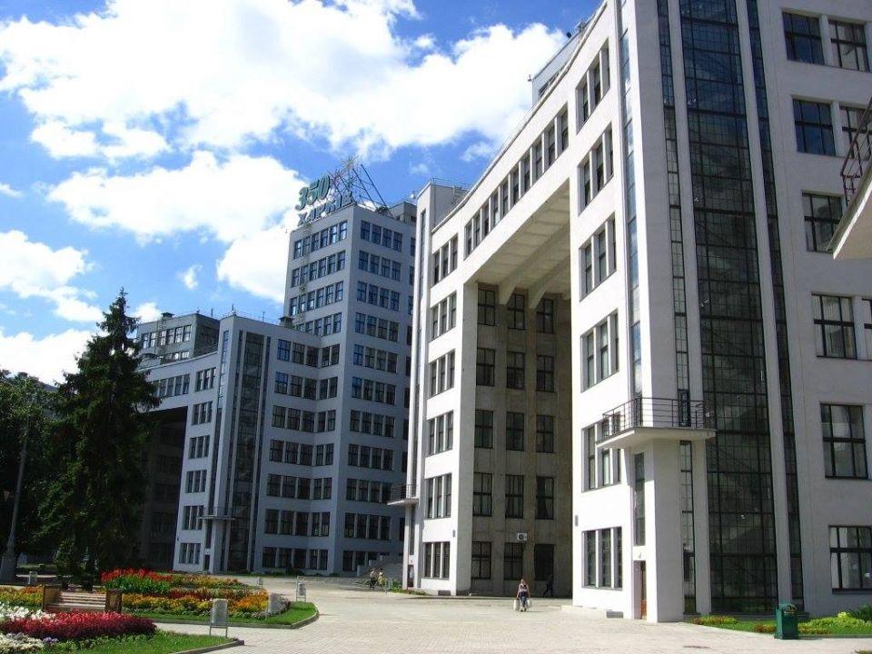 Здание Госпрома в ХарьковеДом Государственной промышленности (Госпрома) в Харькове - один из самых фантастических архитектурных ансамблей планеты и один из великих советских проектов эпохи конструктивизма, в отличие от некоторых других - полностью реализованный.Офисное здание состоит из 6 секций высотой по 7, 11 и 14 этажей, соединенных воздушными переходами, вместе образующих неповторимый скайлайн. Высота самой высокой башни - 63 метра, а с телевышкой, поставленной ещё в 1955 году - 108 метров. На момент завершения строительства, в 1928 году, здание Госпрома являлось крупнейшим в СССР объектом такого рода, возведенным из монолитного железобетона. При строительстве использовался прогрессивный на тот момент метод «плавающей опалубки». Конструкция здания, представляющая собой разновысокие башни, соединенные переходами, обеспечивает его высокую прочность. Такие конструкции применяют в Японии при строительстве сейсмически стойких сооружений.Разработчики проекта - ленинградские архитекторы Серафимов, Кравец, Фельгер. Руководитель строительства - Павел Роттерт. Строительство осуществлено менее чем за 4 года (1925-1928 гг.) Госпром начинал строиться при помощи человеческой и лошадиной энергии с применением примитивных инструментов и механизмов — лопат, носилок, тачек и т. д. К окончанию строительства работы были механизированы на 80 %. Интересно, что реконструкция здания, проводимая современными методами в 2000-х годах, заняла почти в два раза больше времени, чем его строительство.В процессе строительства было израсходовано 1315 вагонов цемента, 9000 т стали, 3700 вагонов гранита и 40000 м² стекла. В здании 4500 оконных проёмов, а суммарная площадь наружного остекления — 17 гектаров. Семь из двенадцати оригинальных лифтов Госпрома работают с момента его постройки по настоящий момент.#история