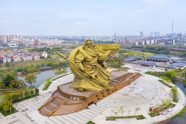 В Китае разбирают огромную статую Гуань ЮяОказалось, что статуя военачальника Гуань Юя, возведенная в китайской провинции Хубэй в 2016 году, не только портит облик города Цзинчжоу, но и построена с грубыми нарушениями законодательства.Как сообщает местная пресса, разрешение на строительство было оформлено только на постамент статуи, внутри которого разместили мемориальный комплекс, посвященный легендарному генералу эпохи троецарствия, а сама статуя высотой 54 метра, в разрешении не упоминалась. При этом, на территории города действует норма, запрещающая строительство зданий и сооружений, высотой более 24 метров.Несмотря на это, памятник простоял более пяти лет. Теперь же власти постановили демонтировать сооружение и переместить его на другое место, расположенное в 8 километрах от города. Работы по разборке статуи уже начались.В соответствии с проектом, работы по ее переносу оцениваются в 20 миллионов долларов. Масса статуи, выполненной из каркаса, обшитого бронзовыми панелями, составляет 1300 тонн.#демонтаж #китай